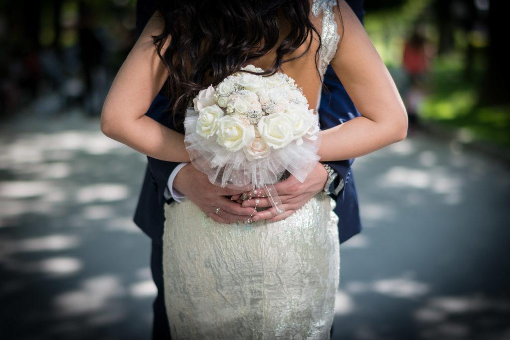 Как да изглеждате добре на сватбените си снимки